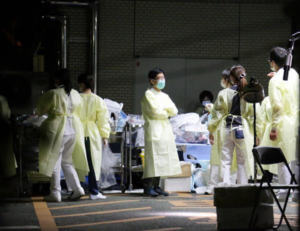 倒壊の恐れがあるとして患者の避難の準備をする、熊本市民病院の関係者ら=16日、熊本県熊本市(門井聡撮影)