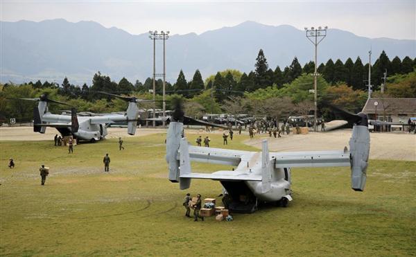 熊本地震で救援物資を届けるため被災地に到着した米軍垂直離着陸輸送機MV22オスプレイ=18日午後、熊本県南阿蘇村(松本健吾撮影)