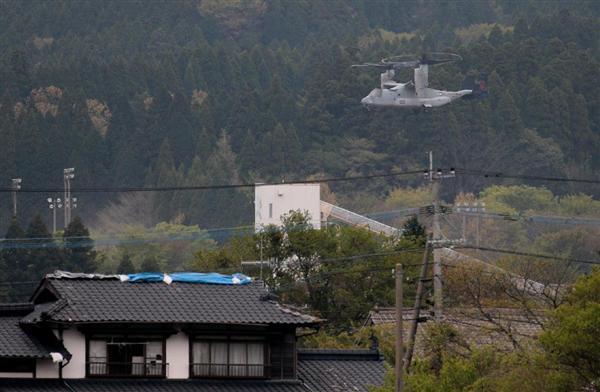 公園へ着陸体勢に入る被災者への救援物資を積んだ米軍の新型輸送機オスプレイ=18日午後、熊本県南阿蘇村(山田哲司撮影)