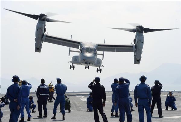 支援物資を積んで、海自護衛艦「ひゅうが」から熊本県南阿蘇村へと飛び立つ米軍オスプレイ=19日午後2時8分、熊本県の八代海