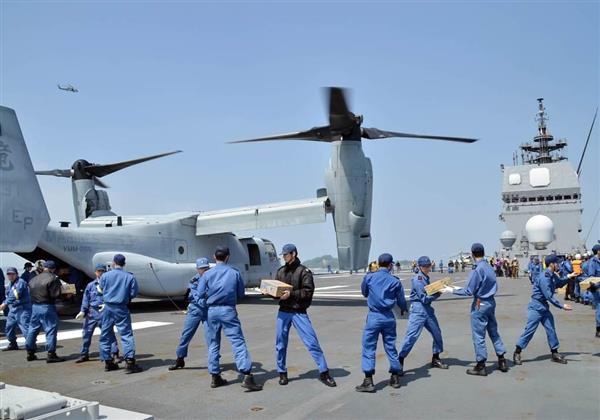 ひゅうが艦上でオスプレイに生活支援物資を積み込み、被災地に空輸した(海上自衛隊提供)