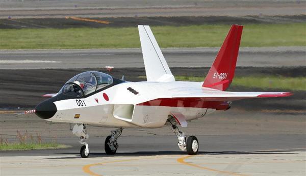 初飛行に臨む先進技術実証機「X-2(心神)」=22日午前、愛知県小牧市の航空自衛隊小牧基地(村本聡撮影)