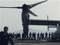 ひゅうが艦上でオスプレイに物資を積み込む海自隊員(海上自衛隊提供)
