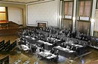 東京裁判の法廷として使用され、現在は市ヶ谷記念館として移設、復元された大講堂。 昭和21年5月3日、東京裁判初日の写真を、現在の写真に重ね合わせた。(被告席左から3人目が広田弘毅、5人目が東條英機)=18日午後、東京・市谷(松本健吾撮影)