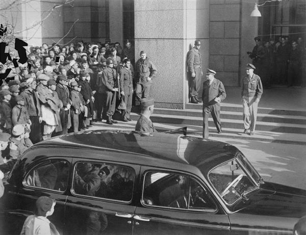GHQが入る第一生命館の前は連日大勢の群衆が詰めかけた。マッカーサーはあえて姿を見せることでその権威を高めていった=昭和21年1月8日、東京都千代田区