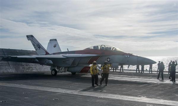 3月4日、南シナ海に展開したジョン・C・ステニス上で発艦準備を進める艦上戦闘攻撃機F/A-18Eスーパーホーネット(米海軍HPより)