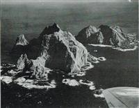 産経新聞社が昭和28年12月に撮影した竹島。当時の紙面には「手前西島、後は東島=(本社双発ビーチクラフト機にて、高橋、疋田写真部員撮影=藤本航空部長、寺坂航空士操縦)」とある