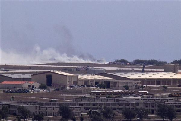 19日、米領グアムのアンダーセン空軍基地で墜落し... 戦略爆撃機から上がる煙(パシフィック・デ