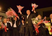 7選を果たし、両手に花束を掲げて喜ぶ柏木征夫氏=和歌山県御坊市
