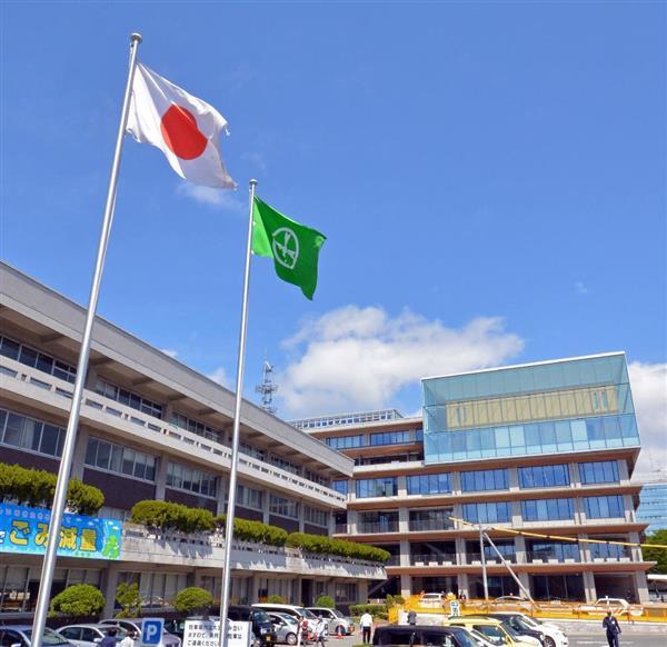 秋田市役所新庁舎(奥)が業務を開始したにもかかわらず、国旗と市旗は閉鎖された旧庁舎(手前)の前に掲揚されている=秋田市山王(渡辺浩撮影)