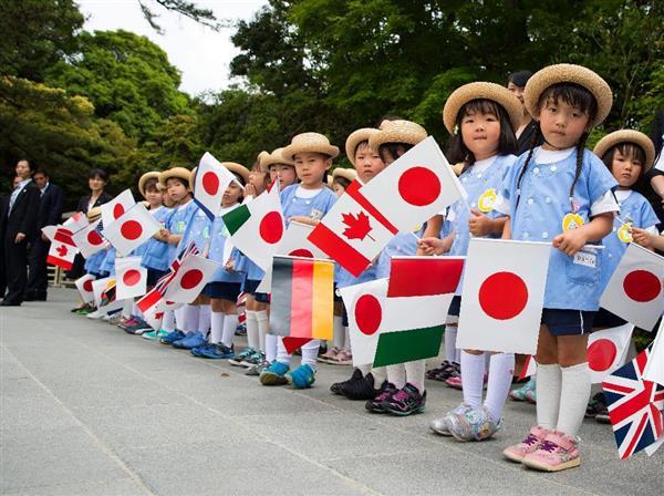 G7首脳を国旗を持って出迎える幼稚園児ら=26日、三重県伊勢市(AP)
