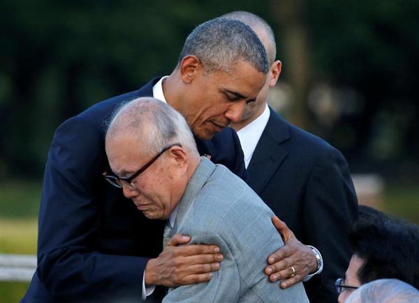 広島市の平和記念公園を訪れ、被爆者の森重昭さんを抱き締めるオバマ米大統領=27日午後(ロイター)