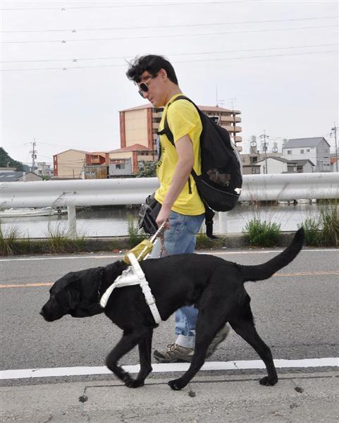 平成23年、盲導犬「ヴァルデス号」と通勤する山橋衛二さん=徳島市