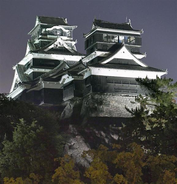 4月の地震から約1カ月半ぶりにライトアップされた熊本城=1日夜