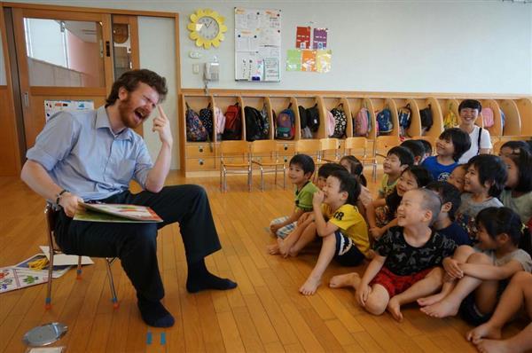 外国人講師から学ぶ5歳児のクラス。「園の友達と一緒に受けられる」と保護者からも好評だ =大阪府泉大津市の南海かもめ認定こども園