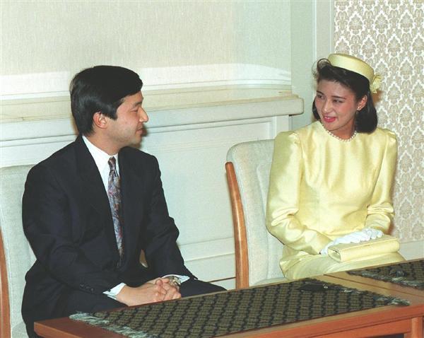 結婚が正式に内定し、記者会見に臨まれる皇太子さまと