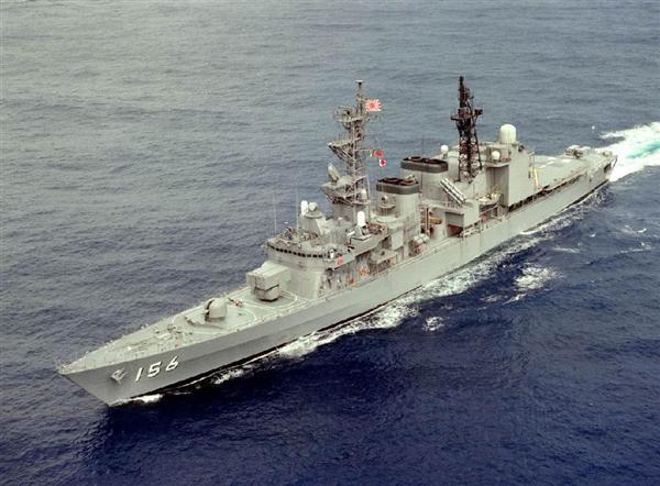 中国海軍のジャンカイI級フリゲート艦と対峙した護衛艦「せとぎり」(海上自衛隊提供)