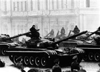 1977年11月7日、ロシア革命記念日にモスクワの赤の広場を行進するソ連の最新鋭戦車T72。共産主義国家では軍隊は政府が持っていたわけではなかった(UPI=共同)