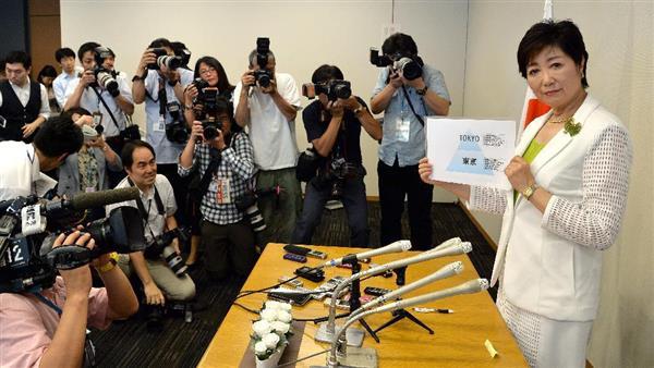 東京都知事選に出馬する意向を表明した、小池百合子元防衛相(右)=29日午前、東京・永田町の衆院第1議員会館(寺河内美奈撮影)