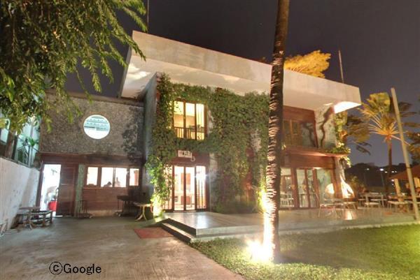 襲撃現場となった飲食店「ホーリー・アーティザン・ベーカリー」=2015年12月、ダッカ(グーグル提供)