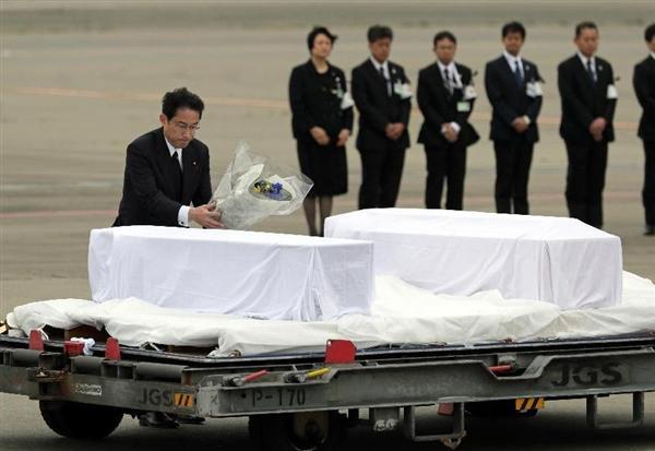 バングラデシュ銃撃事件の犠牲者が納めれた棺に献花する岸田文雄外相=5日午前、羽田空港(松本健吾撮影)