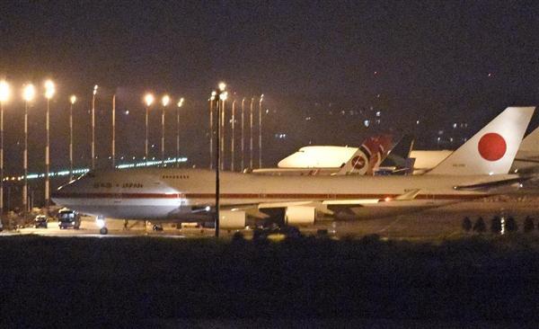 ダッカ国際空港で離陸するため移動する日本の政府専用機=4日(共同)