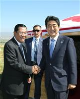 会談を前に、カンボジアのフン・セン首相(左)と握手する安倍首相=16日、ウランバートル(代表撮影・共同)