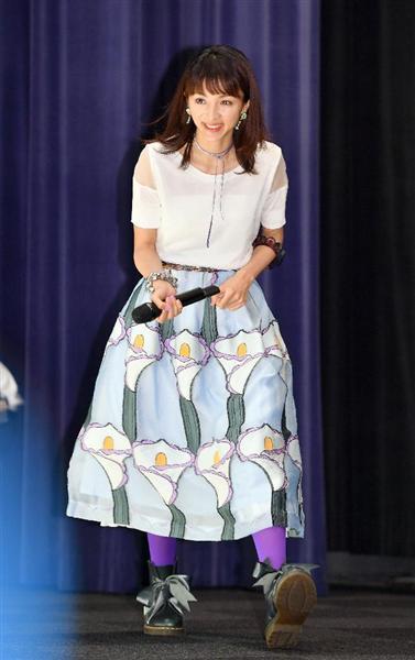 派手なスカートの満島ひかりさん