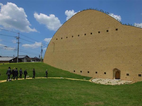 建築名所を訪ねて岐阜へ ユニークな外観「モザイクタイル ...