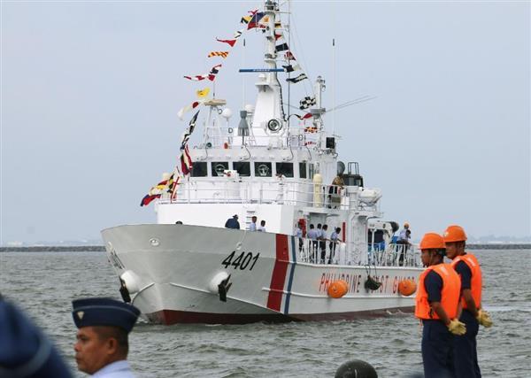 マニラ港に入港する、日本政府がフィリピン沿岸警備隊に供与した巡視船=18日、マニラ(共同)