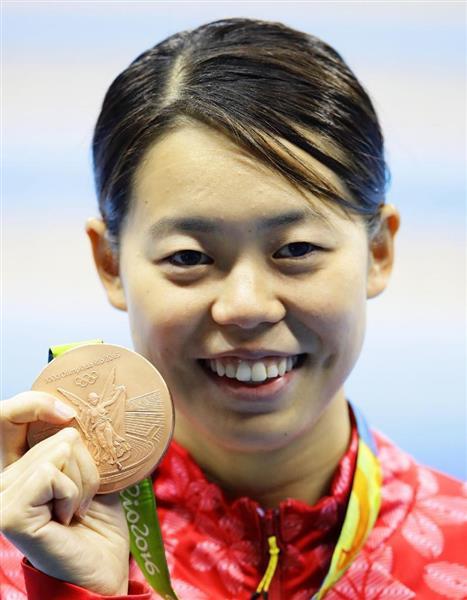 リオ五輪の競泳女子200メートルバタフライで銅メダルを獲得し、笑顔の