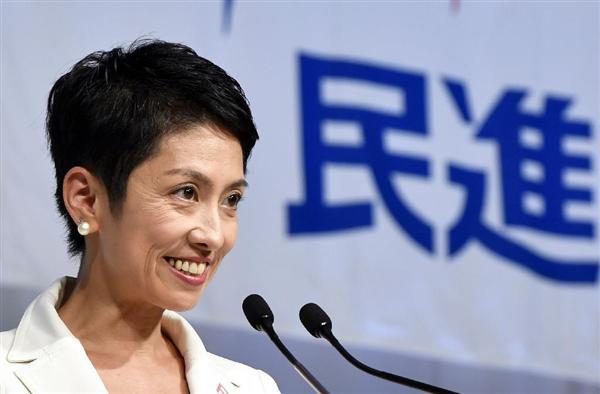 民進党の新代表に選出され、記者の質問に答える蓮舫氏=15日午後、東京都内のホテル