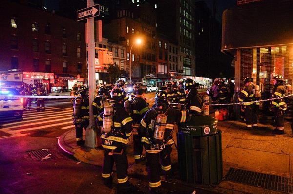 17日、米ニューヨーク・マンハッタンの爆発現場付近に集まった消防士たち(ロイター=共同)