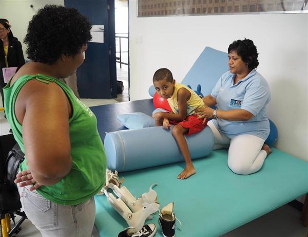 カンポグランジ障害者センターでリハビリを行う入所者の男児。複数の専門家が常駐している=リオデジャネイロ