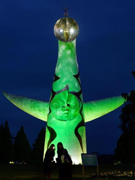 「臓器移植普及推進月間」に合わせてグリーンにライトアップされた太陽の塔=16日午後5時44分、大阪府吹田市