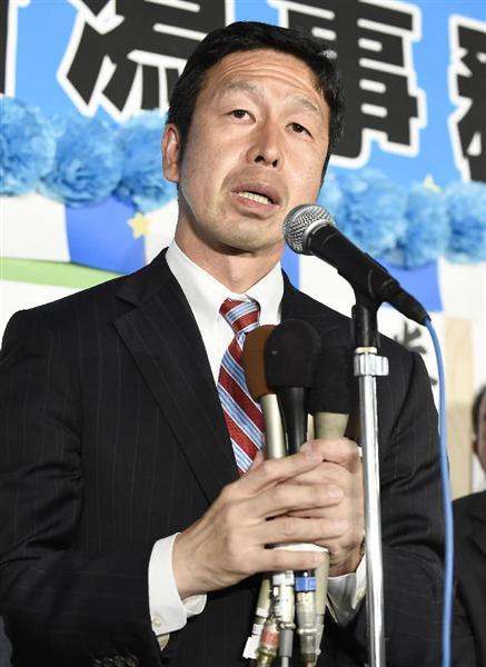 新潟県知事選で当選を決め、支持者らにあいさつする米山隆一氏=16日夜、新潟市中央区