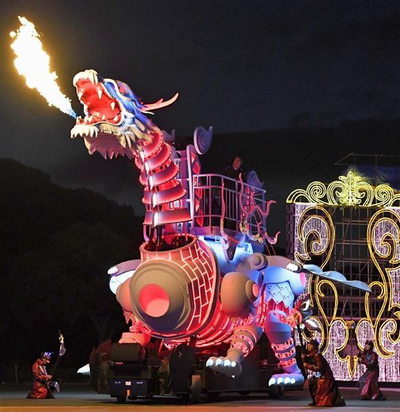 公開されたハウステンボスの「ドラゴンロボット」=17日夕、長崎県佐世保市
