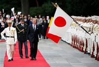 陸上自衛隊の儀仗隊による栄誉礼を受けて部隊を巡閲するベルギーのフィリップ国王(左から3人目)=10月11日、皇居・宮殿東庭(AP)
