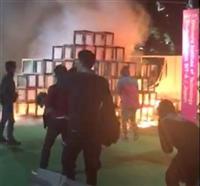 激しく炎を上げる展示物=6日午後、東京都新宿区霞ケ丘町 (読者提供)
