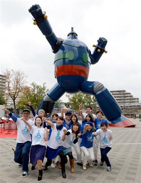 鮮やかなコバルトブルーに塗り直された鉄人28号のモニュメント=6日午前、神戸市長田区(奥清博撮影)