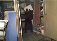 カメラがとらえた、冷凍庫の中をあさるクマの映像=10月、東京都青梅市(江川勝広さん撮影)