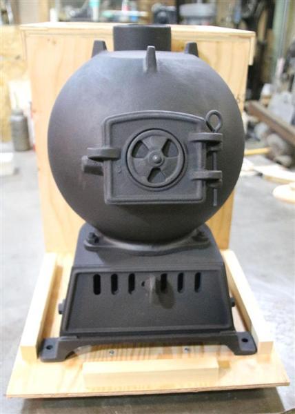木型職人の上野山隆一さんが製作しただるまストーブ=北海道函館市