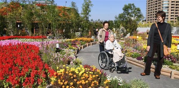車椅子でうめきたガーデンを訪れた家族=5日、大阪市北区