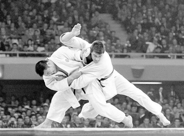無差別級決勝で神永昭夫(左)とヘーシンクは激しく戦った=日本武道館