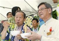 自民党本部で開催された「沖縄物産展」に出席した二階俊博幹事長(左)と沖縄県の翁長雄志知事=10月6日、東京・永田町