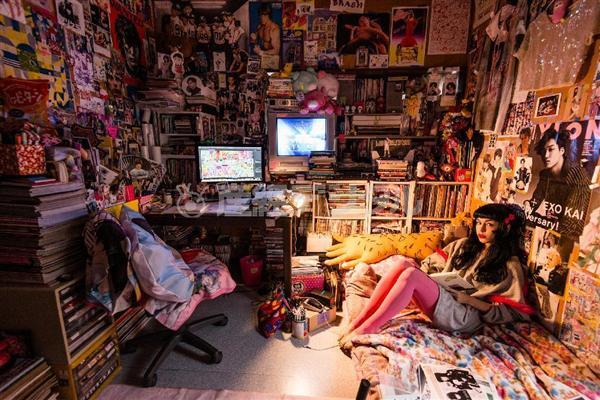 【写真集チラ見せ】女子が暮らす部屋を覗く 会社員、大学生、地下アイドルら102人と住処を撮った『女子(おなご)部屋