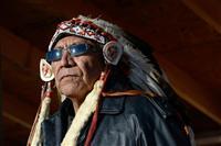 米中西部ノースダコタ州での石油パイプライン建設計画反対運動に参加するインディアンの部族のリーダー=4日(ロイター)