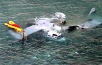 沖縄県名護市安部の海岸に不時着し、大破したオスプレイ=14日午前7時3分