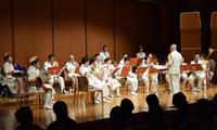 クリスマスにちなんだ楽曲を演奏する県警音楽隊員ら=和歌山市