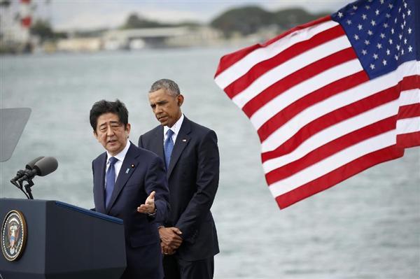米ハワイ・真珠湾で慰霊を終え、演説する安倍首相。右はオバマ米大統領=27日(ロイター)